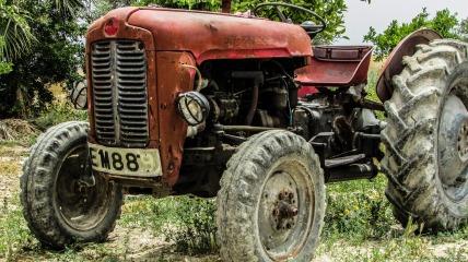 tractor-1363343_1920.jpg